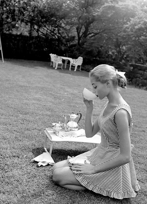 Пикник в саду. Фото: Nina Leen.