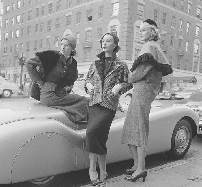 Девушки у машины. Фото: Nina Leen.