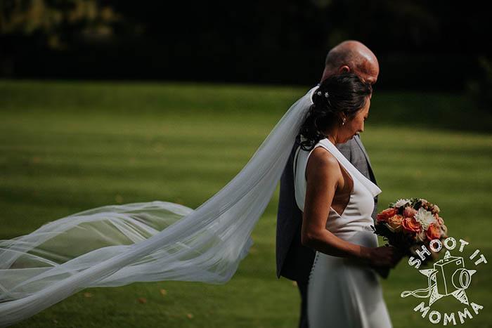 Фотограф помогла решить проблему невесты, позвонив в местный магазин готового платья.