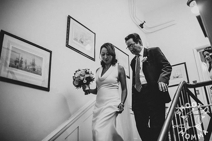Натали спускается со своим отцом в церемониальный зал.