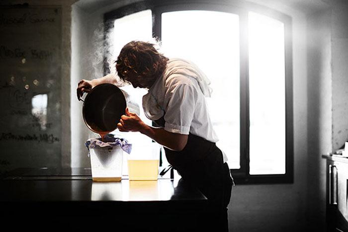 Ответственный за кухню сегодня в Нома - Даниэль Гюсти.