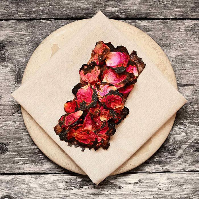 Засахаренные лепестки роз являются одним из блюд меню. Автор фото: Mikkel Jul Hvilshoj.
