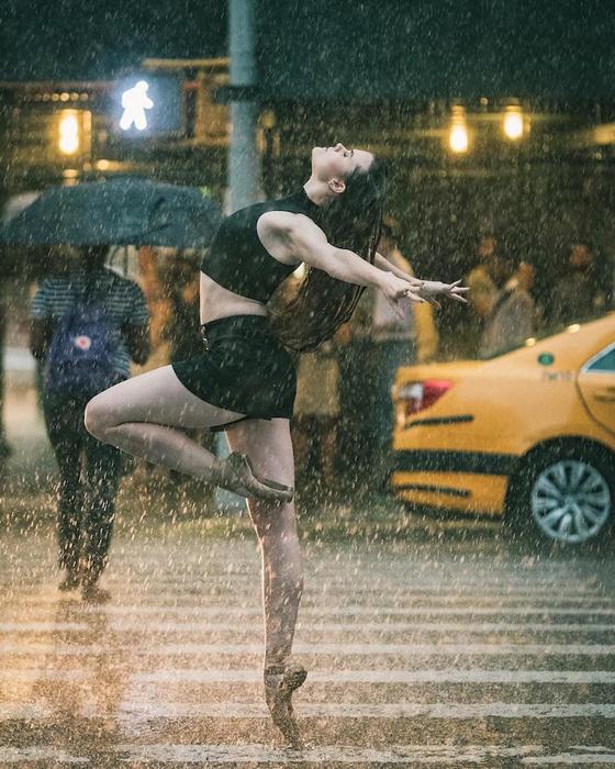 Под дождем с Силкен Келли.  Фото: Omar Z. Robles.
