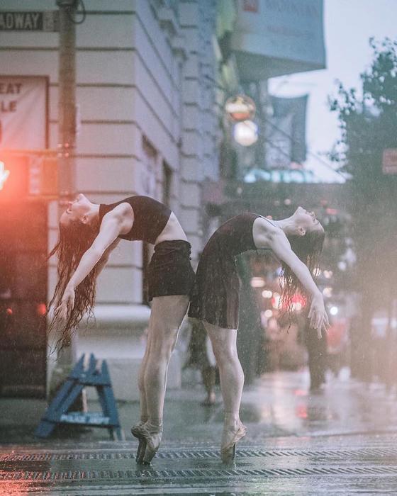 Александра Халлахер и Синкен Келли. Во время ливня.  Фото: Omar Z. Robles.