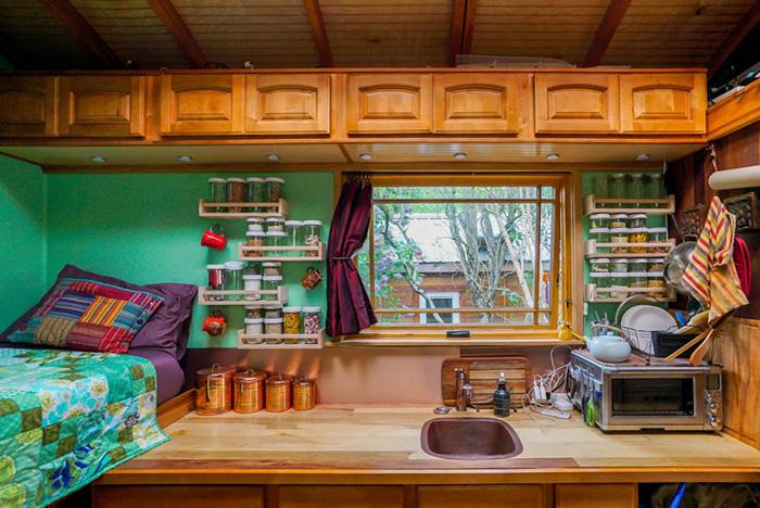 Кухня и спальня.