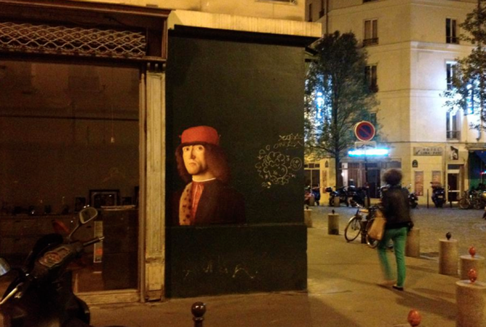 Сфотографируй распечатанный портрет на улице.