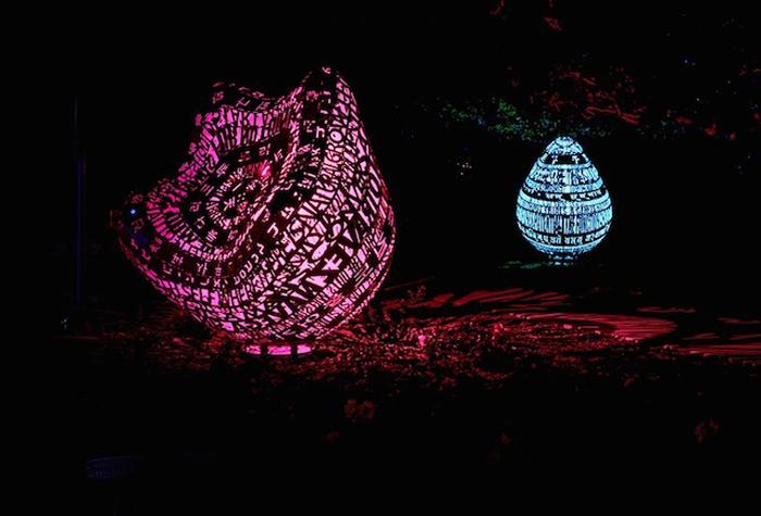Ночью скульптуры превращаются в сказочные фонари.