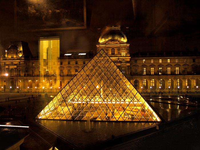 Пирамида Лувра. Фото: Amber Lacerta.