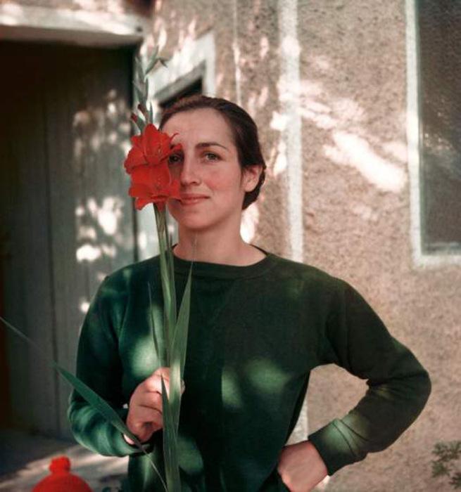 Франсуаза Жило с цветком, Валлорис, 1949.  Автор фото: Gjon Mili.