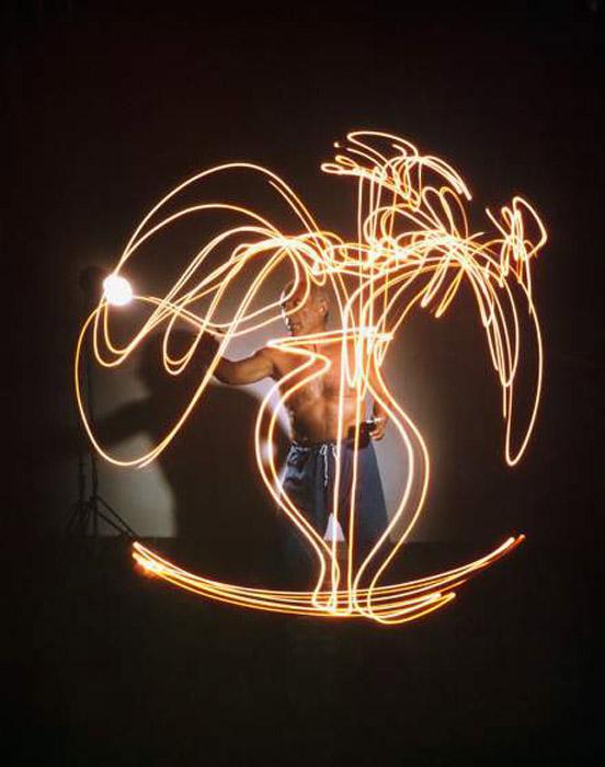 Световые рисунки Пикассо. Автор фото: Gjon Mili.