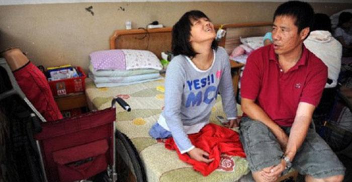 Киан дома с отцом. У девочки также есть два младших брата, которые смотрят на свою сестру как на настоящую героиню.