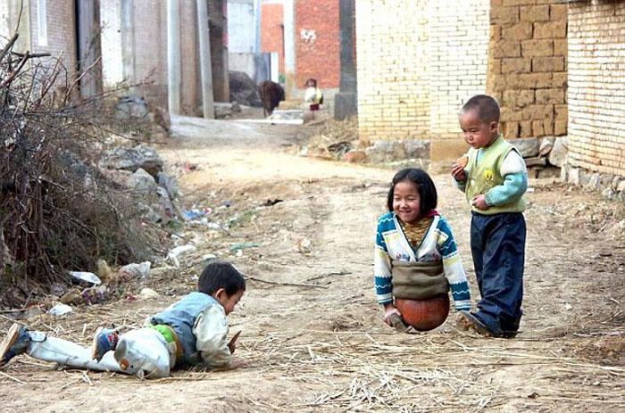 С помощью обычного баскетбольного мяча и дверных ручек маленькая Киан смогла выходить на улицу и играть с братьями и друзьями.