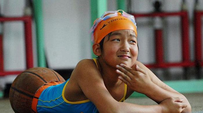 Киан на занятиях по плаванию.