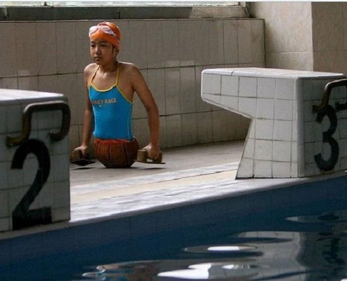 Киан у бассейна.