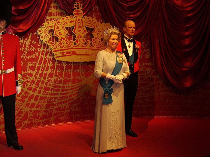 Фигуры королевы Великобритании и Северной Ирландии Елизаветы II и Герцога Эндинбургского Филиппа в музее мадам Тюссо.