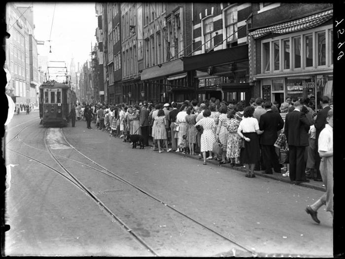 Очередь на трамвай, идущий в Zandvoort, где находится большой пляж. Улица Spuistraat, 4 июня 1950г.