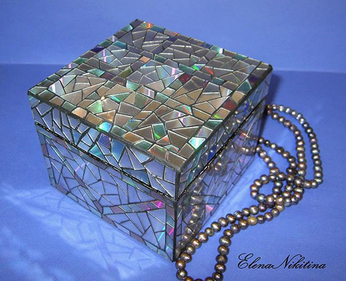 Шкатулка с мозаикой из дисков.