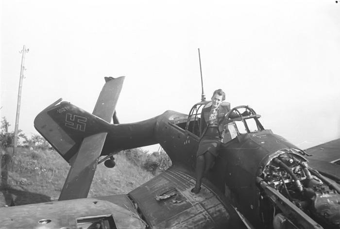 Репортер журнала рядом с подбитым немецким самолетом Junkers Ju 87