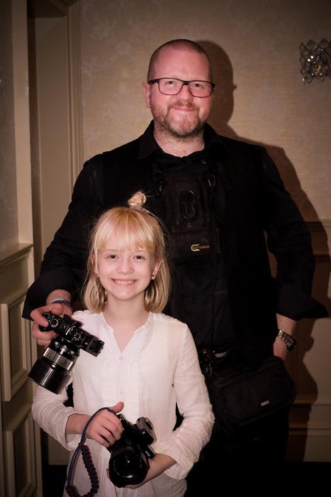 Гордый отец со своей способной дочерью.