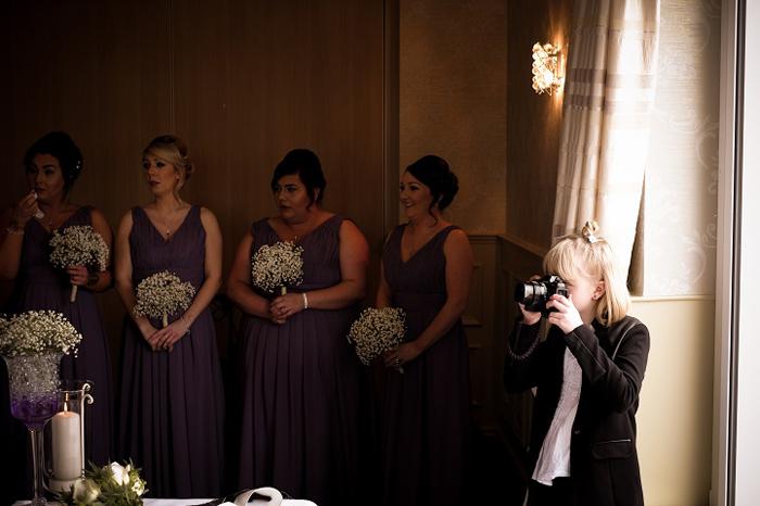 9-летняя Реджина Вилли в качестве фотографа на свадьбе.