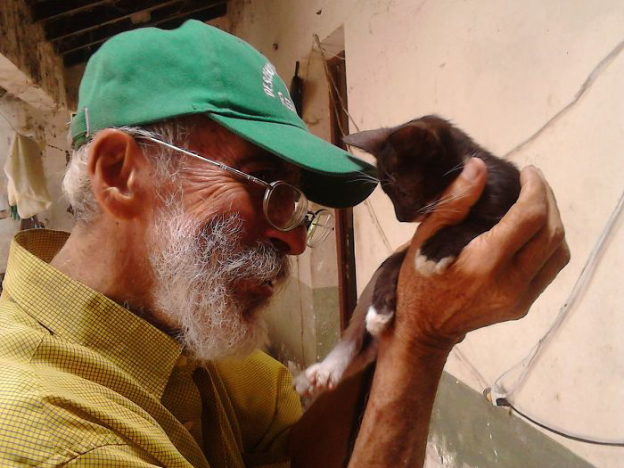 Хуан с котенком.