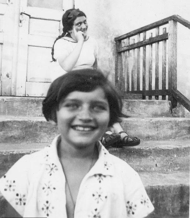 Ариана (на переднем плане) и Реня Шпигель в 1939 году в Сколе, Львовская область, Украина (на тот момент Польша).
