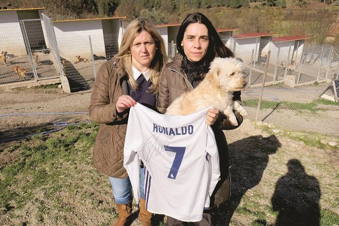 Хозяйка приюта Лили (справа) держит в руках футболку с автографом Рональду.