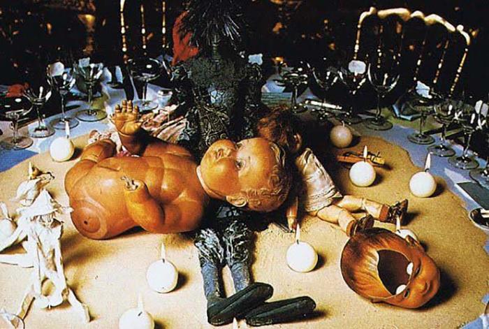 Много композиций на столе были созданы с участием кукол и игрушек.