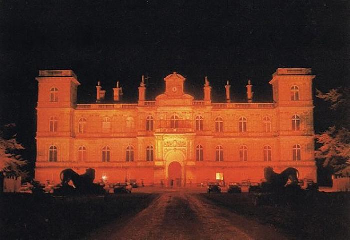 Приём Мари-Элен де-Ротшильд назначила на 12 декабря 1972 года в свое загородное поместье, которое в тот день подсветили красным.