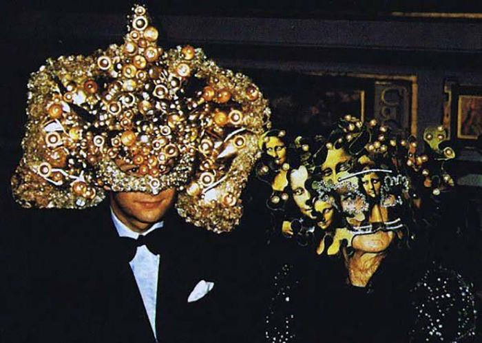 Гости в замысловатых масках.