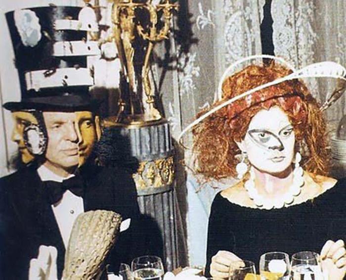Слева сидит барон Алексис деРеде, которому принадлежит большая часть фотографий с этого вечера.