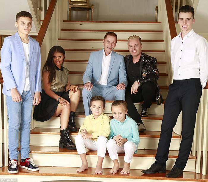 Тони и Барри со своими родными и приемными детьми.