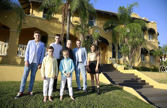 Семейство Дрюит-Барлоу у своего дома.