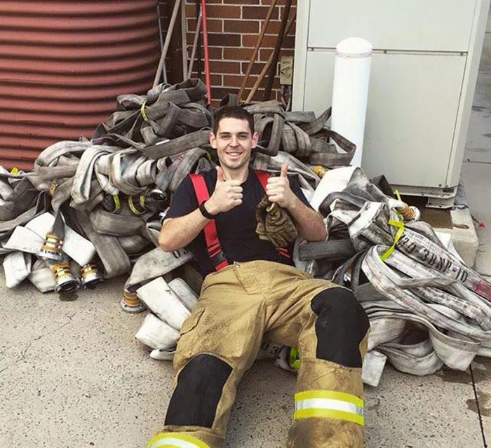 Сэм Роуэн работает в пожарной охране.