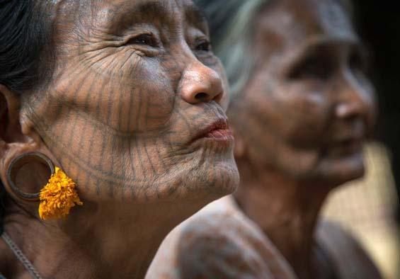 Необычные традиции племени из Мьянмы. Фото: Eric Lafforgue.