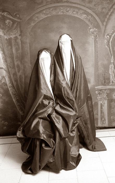 Закрытые одеяния женщин.  Автор фото: Shadi Ghadirian.