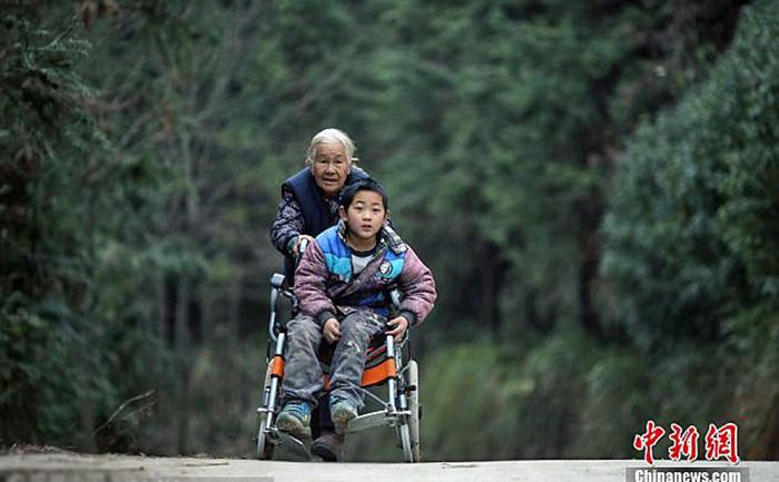 В прошлом году местные власти выделили мальчику инвалидную коляску.