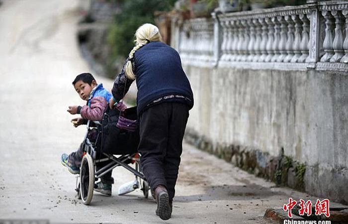 До этого три года бабушка Ши возила внука на своем велосипеде.
