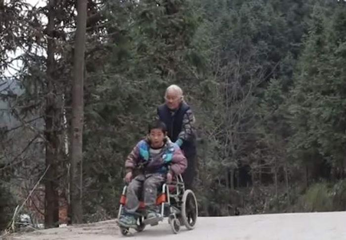 Бабушки Ши надеется найти хорошую школу для детей-инвалидов, куда бы можно было бы отправить и ее внука.