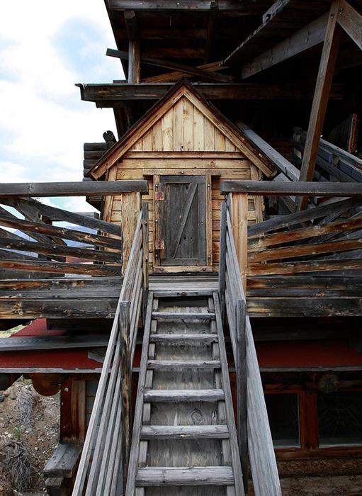Рядом с основным домом Фрэнсис построил мини-домики для своих детей.