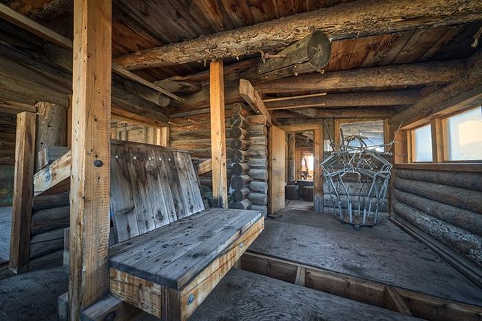 В доме не было кроватей или диванов, и семья спала в спальных мешках на полу.