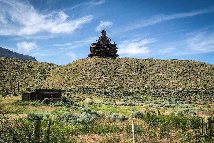 Дом Смита возвышается на вершине холма.