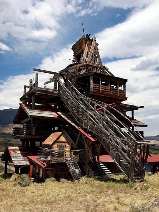 Фрэнсис Ли Смит строил свой дом из полуобгоревших деревьев.