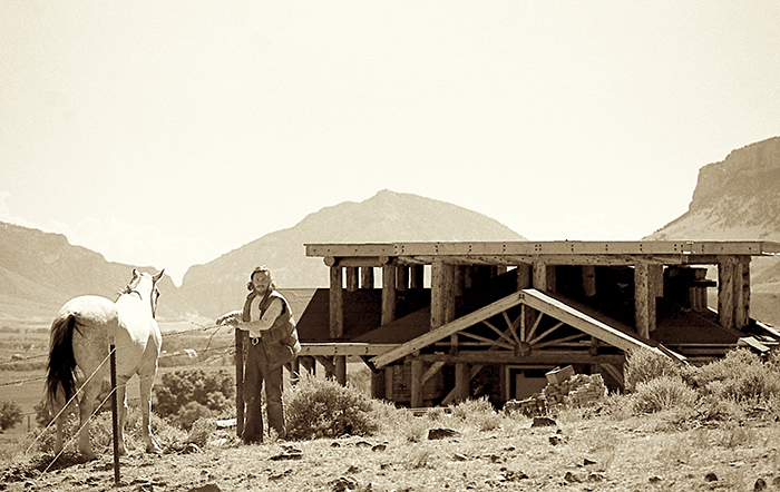 Фрэнсис Ли Смит рядом со своим строящимся домом.