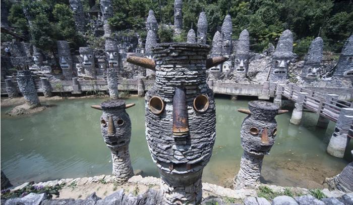 Все скульптуры в долине сделаны из натуральных материалов.