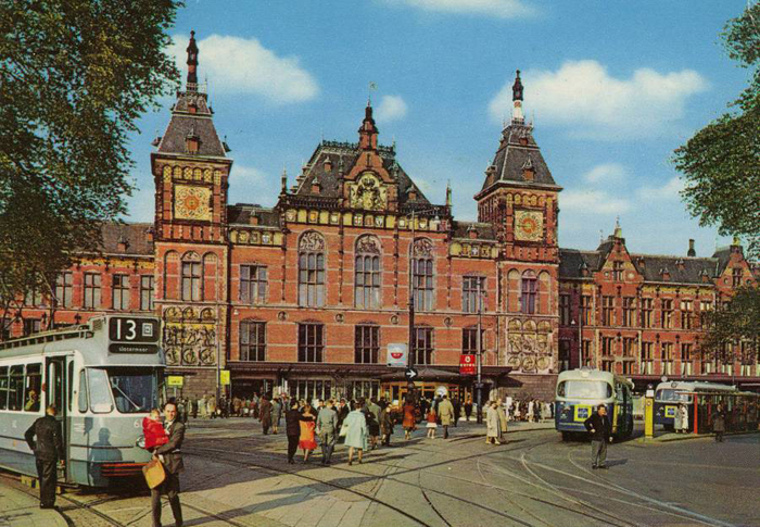 Остановки трамвая перед ЖД вокзалом Амстердама, 1968г.