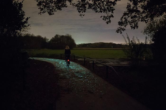 Светящаяся велосипедная дорожка в Нюнене.