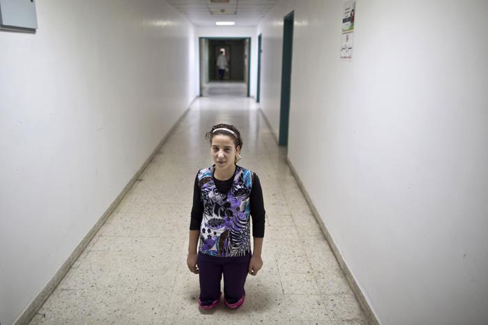 Салам, 14 лет, лишилась обеих ног ниже колен в 2012 г. при атаке боевиков. Сейчас она находится в Иордании. Август 2011г.