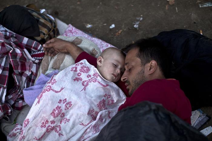 Беженцы из Сирии спят в парке Белграда. Всего несколько недель назад им пришлось преодолеть обстреливаемую территорию. Теперь они в безопасности.  27 августа 2015г.