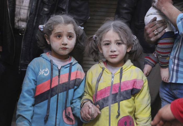 Девочки выжили после наземной атаки сил Президента Сирии в городе Алеппо. 7 апреля 2015г.